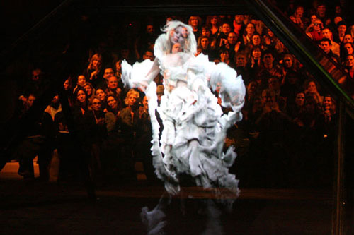kate-moss-mcqueen-hologram-design-madness